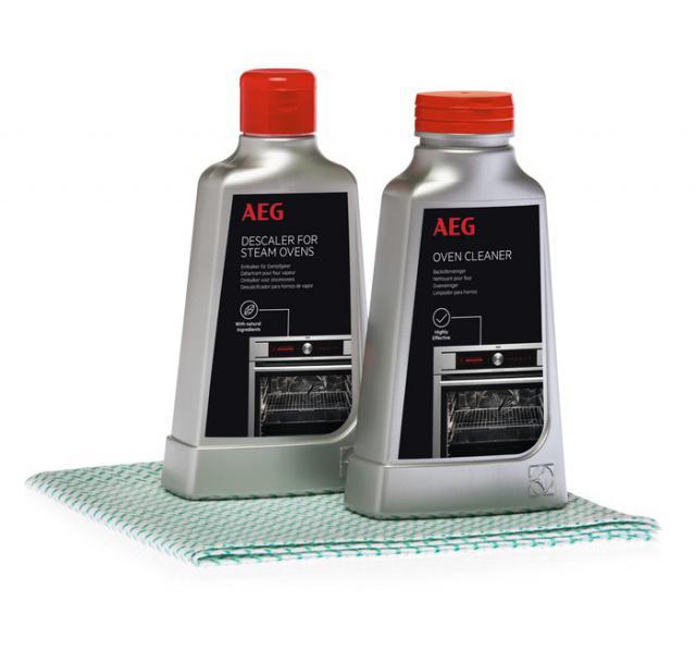 Sada pro údržbu parní trub AEG: Sada obsahuje 1 odstraňovač vodního kamene, 1 sprej pro péči o troubu, který odstraňuje mastnotu a připálené zbytky jídla, a 1 měkký hadřík se speciálním vzorem pro důkladné čištění a leštění, který nepoškrábe povrch.